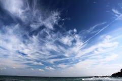 Blauer Himmel über dem Schwarzen Meer Stockfotos
