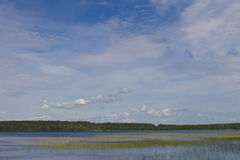 Blauer Himmel über dem See Stockbild