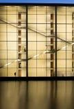 Blauer Himmel über einem modernen Gebäude lizenzfreie stockfotos