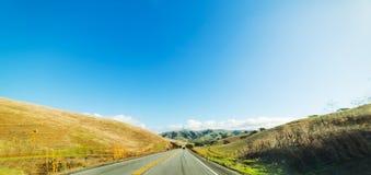 Blauer Himmel über einer Landstraße in Kalifornien Lizenzfreie Stockfotografie