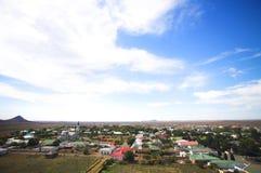 Blauer Himmel über einer trockenen Wüste Stockfotografie