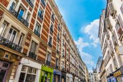 Blauer Himmel über eleganten Gebäuden in Montmartre-Nachbarschaft lizenzfreie stockfotografie
