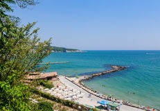 Blauer Himmel, über klarem Meerwasser, Strand, Schwarzmeerküste Balchik Stockfotos