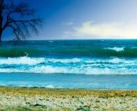 Blauer Himmel über Wasser stockfotos