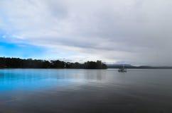 Blauer Himmel abgedeckt durch das Nähern des Sturms stockfotografie
