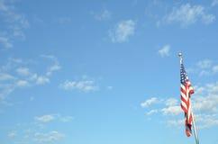 Blauer Himmel amerikanische Flagge auf Pfostenlandschaftsansicht Stockbild