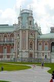 Blauer Himmel Architekt Kazakov Russia Moscow Juli Pseudo-Gothick das Tsaritsyno die Hauptnordfassade des großartigen Palast-Ecke stockfotos