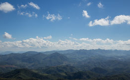 Blauer Himmel auf Berglandschaft Lizenzfreies Stockfoto
