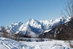 Blauer Himmel auf Schneelandschaft Lizenzfreie Stockfotografie