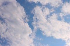 Blauer Himmel bewölkt Sonnenscheinhintergrundtapete stockbild