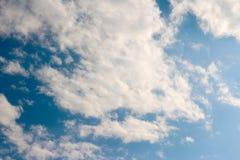 Blauer Himmel bewölkt Sonnenscheinhintergrundtapete lizenzfreie stockfotografie