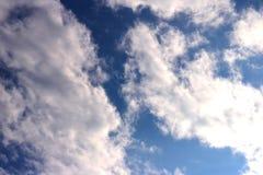 Blauer Himmel bewölkt Sonnenscheinhintergrundtapete stockbilder