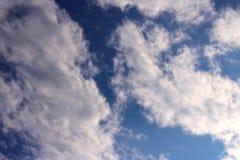 Blauer Himmel bewölkt Sonnenscheinhintergrundtapete lizenzfreies stockfoto