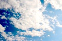 Blauer Himmel bewölkt Sonnenscheinhintergrundtapete stockfoto