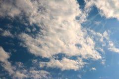 Blauer Himmel bewölkt Sonnenscheinhintergrundtapete stockfotos