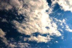 Blauer Himmel bewölkt Sonnenscheinhintergrundtapete lizenzfreies stockbild