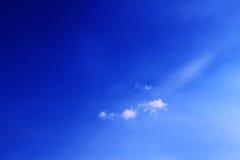 Blauer Himmel bewölkt Wandkunst-Hintergrundmalereien, schöne Farben, Tapete lizenzfreie stockfotografie