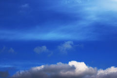 Blauer Himmel bewölkt Wandkunst-Hintergrundmalereien, schöne Farben, Tapete lizenzfreie stockfotos