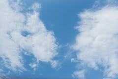 Blauer Himmel bewölkt Wetterluftbeschaffenheits-Naturhintergrund Stockfotografie