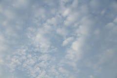 Blauer Himmel in bewölktem Lizenzfreies Stockbild