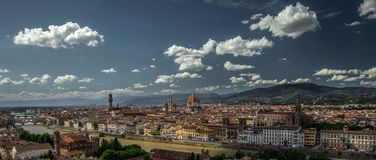 Blauer Himmel Civita-Dorf Italiens stockfoto