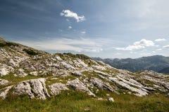 Blauer Himmel in den Bergen lizenzfreies stockfoto