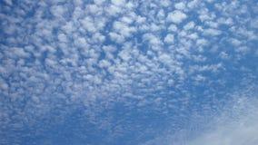 Blauer Himmel in den kleinen weißen Wolken stockfoto