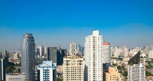 Blauer Himmel der Gebäudestadt Stockbilder