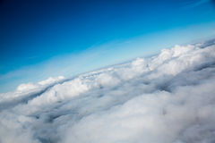 Blauer Himmel der Panoramasicht mit Wolken Lizenzfreie Stockfotos