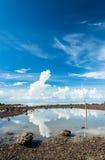 Blauer Himmel der Schönheit mit Reflexion auf Wasser Stockfotos
