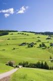 Blauer Himmel der Tirol-Hügel Stockfotos