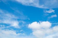 Blauer Himmel der Wolke flaumig Lizenzfreies Stockbild