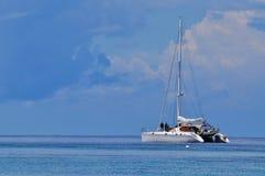 Blauer Himmel des freien Raumes des ruhigen Sees mit Segelboot Stockfoto