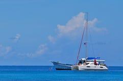 Blauer Himmel des freien Raumes des ruhigen Sees mit Segelboot Stockbilder