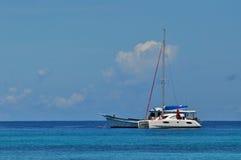 Blauer Himmel des freien Raumes des ruhigen Sees mit Segelboot Stockfotografie