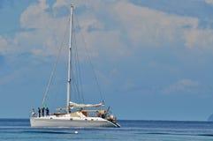 Blauer Himmel des freien Raumes des ruhigen Sees mit Segelboot Lizenzfreies Stockbild