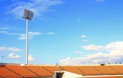 Blauer Himmel des leeren Stadions Lizenzfreie Stockfotografie