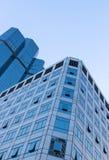Blauer Himmel des modernen Glasgebäudes lizenzfreie stockfotos