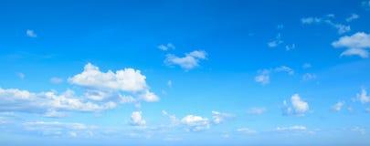 Blauer Himmel des Panoramas mit Wolken Lizenzfreies Stockbild