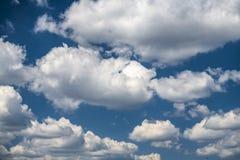 Blauer Himmel des Sommers und Wolkenhintergrund Stockfotos