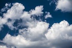 Blauer Himmel des Sommers und Wolkenhintergrund Lizenzfreies Stockbild