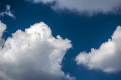 Blauer Himmel des Sommers und Wolkenhintergrund Lizenzfreie Stockfotografie