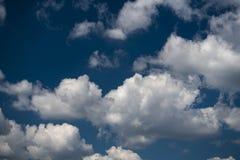Blauer Himmel des Sommers und Wolkenhintergrund Stockbild