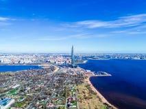 blauer Himmel des Stadtskylinehohen gebäudes der Fotos des Finnischen Meerbusens von einer Höhe Stockfoto