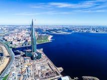 blauer Himmel des Stadtskylinehohen gebäudes der Fotos des Finnischen Meerbusens von einer Höhe Stockfotografie