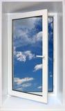 Blauer Himmel durch geöffnetes Fenster stockbilder