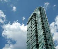 Blauer Himmel-Eigentumswohnung Stockbild