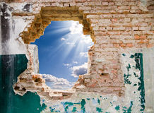 Blauer Himmel in einem Loch Stockfoto