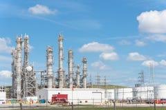Blauer Himmel Erdölraffineriespalten-UNO-äh Wolke in Pasadena, Texas, USA lizenzfreie stockfotografie