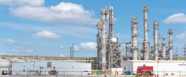 Blauer Himmel Erdölraffineriespalten-UNO-äh Wolke in Pasadena, Texas, USA lizenzfreie stockfotos